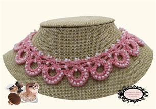 une jolie idée de cadeau féminin, élégant: le tour de cou Maya rose doux, un bijou au crochet avec perles