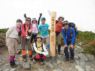 8:55蝶ケ岳山頂(2,677m)に到着、みなさん笑顔が素敵