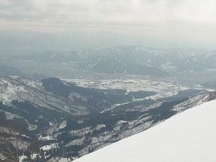 山頂から大野盆地を見下ろす