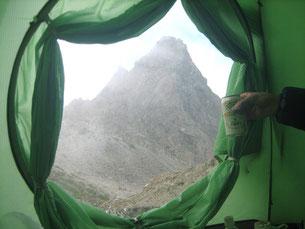 テントの入り口から見える槍の穂に乾杯。