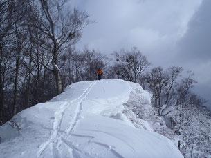 危険な雪庇の通過。あと50センチ左が安全?
