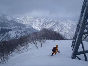 第二鉄塔まで滑り込むと前方の山も見え始めました。