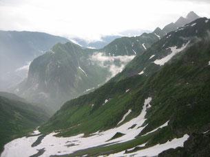 横尾尾根から見た前穂高岳(右端)と屏風岩。
