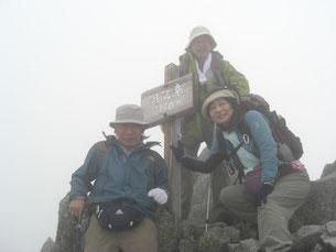 涸沢岳(3110m)山頂は霧の中