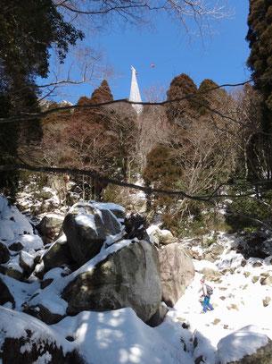 御在所の白い鉄塔が青空に映えます。