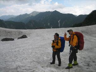天狗原の雪渓にて。後方は表銀座の峰々。