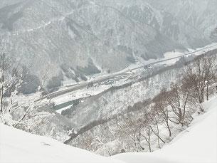 雪庇のある稜線から五箇山ICを見下ろす