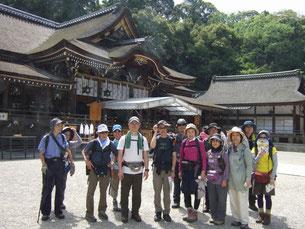 大神神社を背景に撮りました。これから山に登りますが写真は禁止されています。