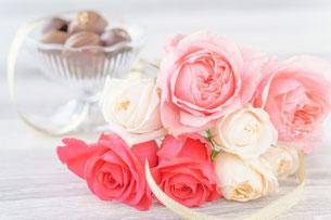 ページが開かれたノート。黒縁の眼鏡、紅茶の入った白いカップ&ソーサ、ペン。