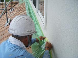 熊本H様家外壁塗装時。屋根の板金水り塗装前の養生を行っています。周囲を汚さない様にする。