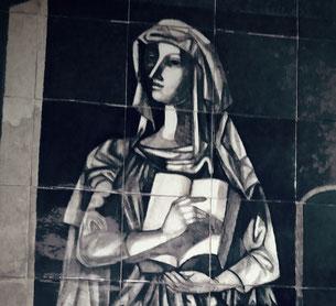 """Darstellung der Kultur als Frau mit Kopftuch, durch Jorge Barradas in seinem Keramikbild: """"Lob des Wissens"""", 1957, in der Eingangshalle der Philosophischen Fakultät der Universität Lissabon"""