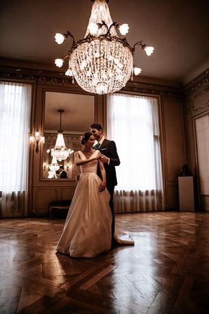 photographe de mariage à Rennes, couple dansant pendant la cérémonie civile, reportage de mariage en Bretagne. Photographe de mariage en Bretagne