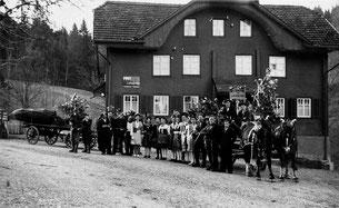 Luthern Bad, Wildsau für Fasnachtsumzug vor der Post, um 1937