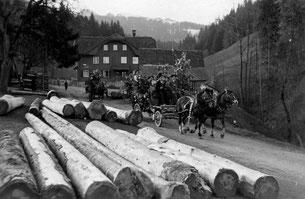 Luthern Bad, Abfahrt Tanneschleipfete mit Pferdekutschen, um 1948