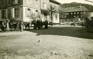 Luthern Bad, Tanneschleipfete vor Gasthaus Hirschen, bereit zur Abfahrt Richtung Luthern Dorf, um 1960