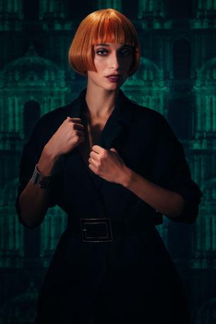 photo de coiffures courtes, rousse, cheveux roux, perruque rousse, coupe au carré, frange, cheveux raide, smoky eyes brun et noir, lèvres bordeaux mates, teint transparent