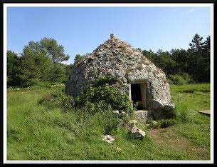 Le puits du Bois d'Amon et le dolmen de Colbas (St-Cézaire-sur-siagne)
