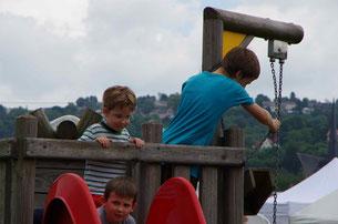 unser Spielturm mit Rutsche für die Kleinen