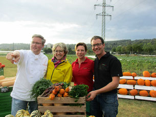 Jörg Ilzhöfer zeigt Petra Klein (2. v.l), wo das leckere Gemüse angebaut wird. Petra und Andreas Rapp freuen sich sehr über ihre heutigen Gäste.