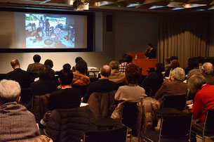 大雪の中、大勢の方が集まった(13年1月14日・さいたま市・埼玉県立近代美術館・橋本照嵩・撮影)