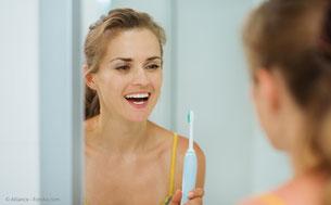 Neben der professionellen Zahnreinigung isr gute Mundhygiene das beste Mittel gegen Mundgeruch. (© Alliance - Fotolia.com)