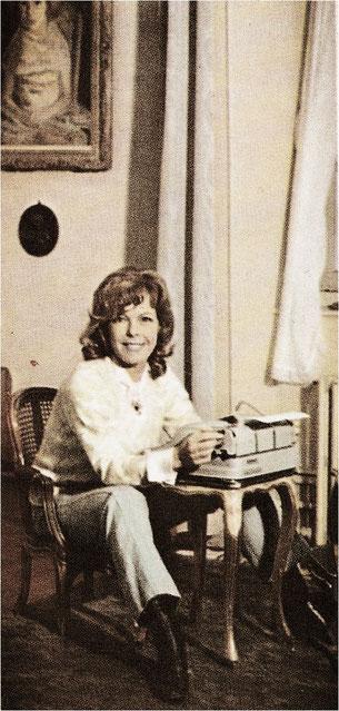 Cécile Aubry à sa machine à écrire en 1968 (Moulin Bleu, Saint-Cyr-sous-Dourdan)
