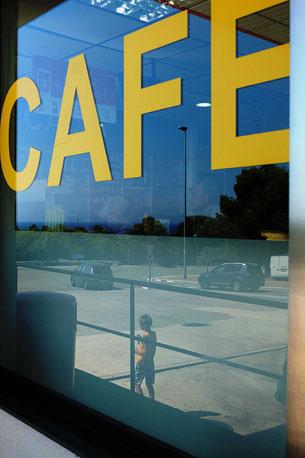 Mathieu Guillochon photographe, sur la route, autoroute, couleurs, station service, pompes à essence, café, espagne, Andalousie
