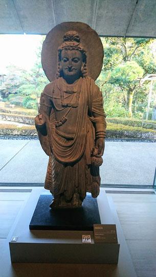 弥勒菩薩立像 クシャーン時代 3世紀 根津美術館蔵  © Fujitsuka Mitsumasa