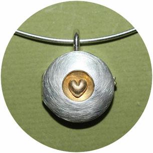 Bild: handgefertigtes Medaillon mit Herz aus der Goldschmiede Schmuckbrise von Andrea Hildebrandt in Flensburg