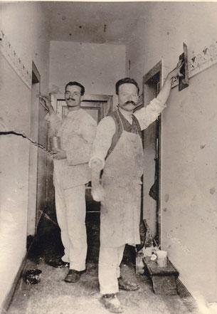 Tünchermeister Friedrich Grasmann (rechts) bei der Arbeit