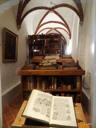 Sammlung alter Bücher im ehemaligen Kreuzgang