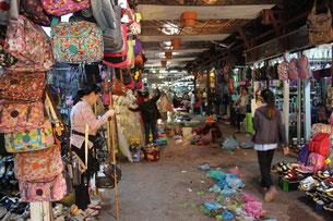 市場の入口。ものすごい臭いが…