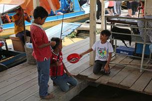 「釣れる?」たやまんの言葉に釣れた魚を見せてくれる