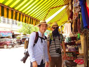 あまりの日射しに帽子を買う(左:ほっしー 右:フッキ)