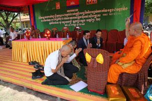 僧侶から清めの儀式を受ける