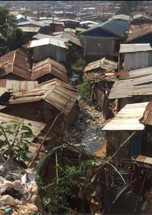 トタンの建物が雑多に立ち並ぶスラム街