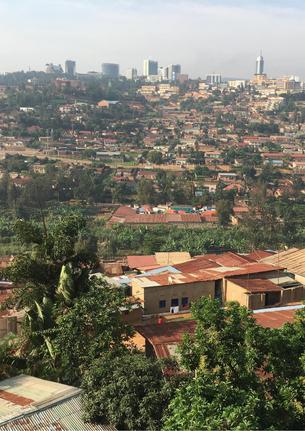 スラム街から見える高層ビル街(写真奥)