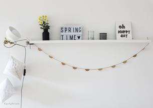 Bild: DIY Deko für die Party oder Hochzeit selber machen - finde kreative Ideen für schöne Dekoration zum selber basteln auf www.partystories.de // DIY Deko Girlande aus Sticker und Aufkleber basteln