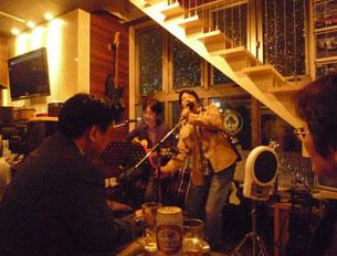 ライブで熱唱する頭慢さん(左)と青柳さん