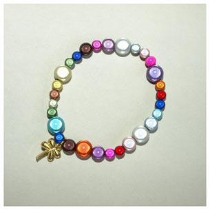 Armband, Eyecatcher bunt, mit goldfarbenem Metallanhänger Libelle, auf Silikonband.