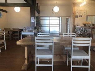 椅子、テーブルなど飲食店の店内風景