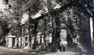 """""""Dreikaiserhaus"""", im Hintergrund die Tankstelle"""
