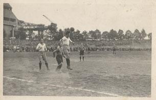 Szene aus einem Spiel Guts Muts - DSC im Jahre 1932 auf der Radrennbahn. Schmiedel köpft vor Hofmann.