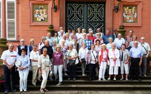 Die Teilnehmer vor dem Portal von Schloss Erbach         Foto: Echle