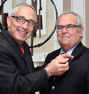 Oberbürgermeister Dr. Rupert Kubon bei der Verleihung der Ehrennadel an Günter Rath