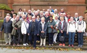 "Die Teilnehmer  vor der ""Kelvingrove Art Gallery and Museum"" in Glasgow"