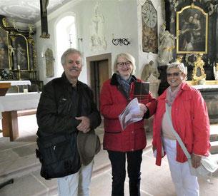Vorstandsmitglied Helga Echle bedankt sich bei Frau Dr. Zimber und Dr. Krieger für die Führungen auf dem Alten Friedhof in Freiburg