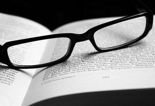 Korrekturlesen, Lektorat, Buch, Brille, Bachelorarbeit, Masterarbeit, Dissertation, Essay, Hausarbeit
