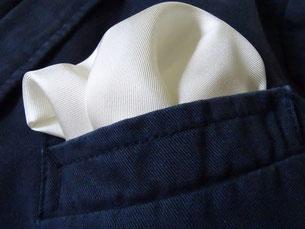 Ein Einstecktuch kann auch bei gröberem Baumwollstoff gut aussehen. Photo: Men's Individual Fashion.