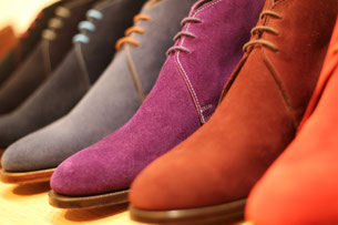 Wildlederschuh in verschiedenen Farben. Photo: Crockett & Jones.